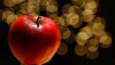 Apfel vor Weihnachtsbaum
